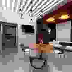 من Студия Aрхитектуры и Дизайна 'Aleksey Marinin' تبسيطي خشب معالج Transparent