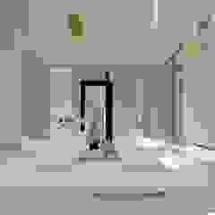 Casa MPME Baños minimalistas de Luis Barberis Arquitectos Minimalista