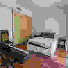 Casa CNSD Dormitorios eclécticos de Luis Barberis Arquitectos Ecléctico Madera maciza Multicolor