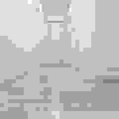 Podłoga lakierowana w nowoczesnym wnętrzu Minimalistyczny korytarz, przedpokój i schody od Roble Minimalistyczny Drewno O efekcie drewna