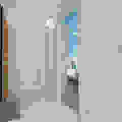 Mieszkanie na wynajem w Gdańsku Minimalistyczny korytarz, przedpokój i schody od Tomasz Miotk Fotografia Minimalistyczny