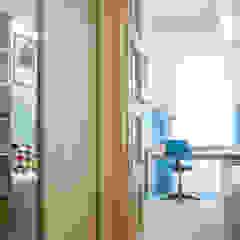 Pokój chłopca z błękitną boazerią od SZARA / studio Klasyczny