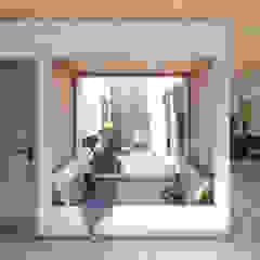 Vivienda de múltiples patios Paredes y pisos minimalistas de Arquitecto Manuel Morón Minimalista