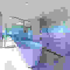 水平線の家 大海原の風景と暮らす家 モダンスタイルの お風呂 の TAPO 富岡建築計画事務所 モダン タイル