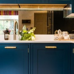 Hague blue painted shaker kitchen par Sculleries of Stockbridge Moderne