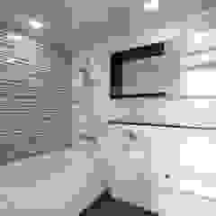 Modern bathroom by 이우 건축사사무소 Modern