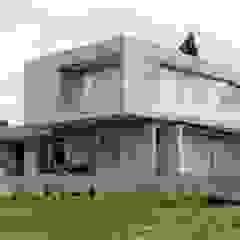 por Brassea Mancilla Arquitectos, Santiago Mediterrânico Betão