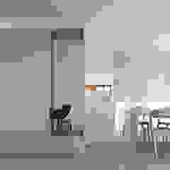 Metamorfoza szeregowca Minimalistyczny korytarz, przedpokój i schody od ANIEA Andrzej Niegrzybowski architekt Minimalistyczny Drewno O efekcie drewna