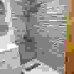 現代浴室設計點子、靈感&圖片 根據 Obrisa Reformas y rehabilitaciones. 現代風 磁磚