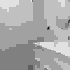 現代浴室設計點子、靈感&圖片 根據 Obrisa Reformas y rehabilitaciones. 現代風