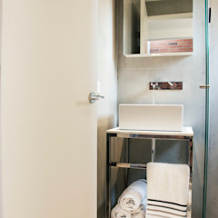 Baño habitaciones con paredes en microcemento Baños de estilo minimalista de CHAVARRO ARQUITECTURA Minimalista Concreto