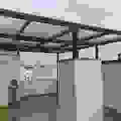 techo de Aluminio color negro - Miraflores Balcones y terrazas modernos de Techos terraza sol y sombra C&C Moderno Aluminio/Cinc