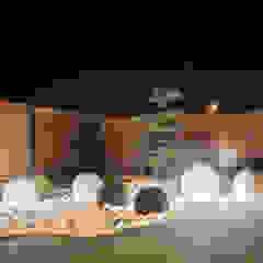 Day and Night. Nowoczesne ogrodzenie aluminiowe Xcel Nowoczesny ogród od Xcel Nowoczesny