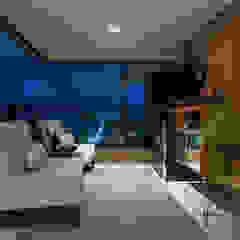 Apartamento Reis por Bruno Sgrillo Arquitetura Moderno Madeira Efeito de madeira