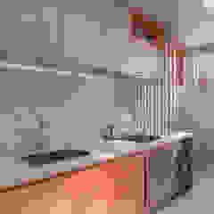 من Estúdio 465 - Arquitetura & Interiores حداثي خشب Wood effect