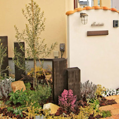 木やレンガを組み合わせた門柱ー南欧風のエクステリア(外構) の 匠ガーデン 地中海 レンガ