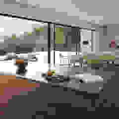 Casa NA - Lousa, Loures por FMO ARCHITECTURE Minimalista Derivados de madeira Transparente
