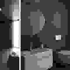 Casa NA - Lousa, Loures Casas de banho minimalistas por FMO ARCHITECTURE Minimalista Cerâmica