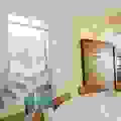 Casa JF Corredores, halls e escadas campestres por Lozí - Projeto e Obra Campestre