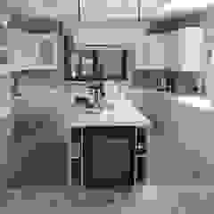 من Decodan - Estudio de cocinas y armarios en Estepona y Marbella كلاسيكي خشب Wood effect