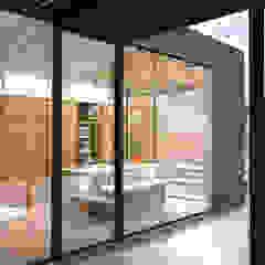 Piscinas de estilo moderno de TIES Design & Build Moderno