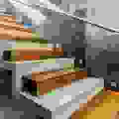 de GRUPO VOLTA Moderno Concreto