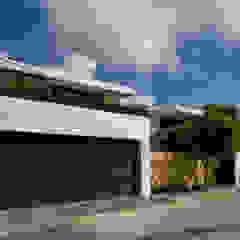 FACHADA PRINCIPAL RESIDENCIA ROA Casas modernas de AIDA TRACONIS ARQUITECTOS EN MERIDA YUCATAN MEXICO Moderno