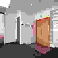 Asian style corridor, hallway & stairs by 東京デザインパーティー|照明デザイン 特注照明器具 Asian