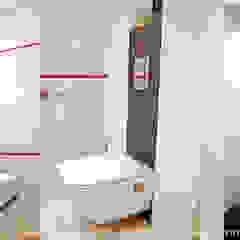 Fragment domu w Mydlnikach pod Krakowem. Eklektyczna łazienka od MAXDESIGNER Eklektyczny