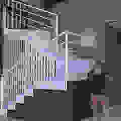 Fachada da Residência Liliane por Estúdio Batente Tropical Madeira Efeito de madeira