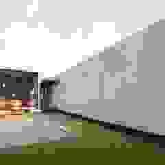 Axis House Balcones y terrazas modernos de DOGMA Architecture Moderno Concreto