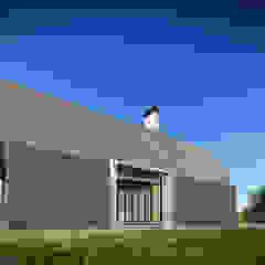 por Zein Architecten Adviseurs Campestre Madeira Acabamento em madeira