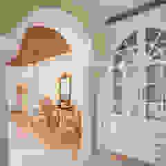 Corredores, halls e escadas coloniais por S Squared Architects Pvt Ltd. Colonial Madeira maciça Multicolor