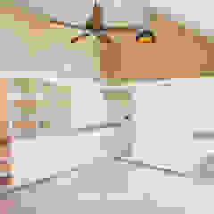 Garagens e edículas coloniais por S Squared Architects Pvt Ltd. Colonial Madeira maciça Multi colorido