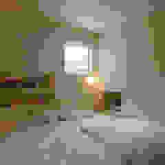 maru 北欧スタイルの 寝室 の エム・アンド・オー 北欧