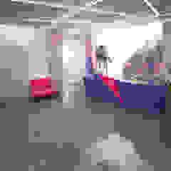 офис компании ivi Офисы и магазины в стиле минимализм от lesadesign Минимализм
