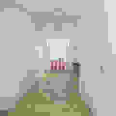Casa em Lisboa, Portugal 2019 Closets minimalistas por martimsousaemelo Minimalista Madeira Acabamento em madeira