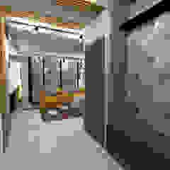 Industrial style corridor, hallway and stairs by Студия дизайна Фрейя Industrial