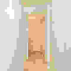 Apartamento totalmente remodelado em Lisboa Corredores, halls e escadas ecléticos por HOUSE PHOTO Eclético