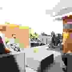 VIVIENDA UNIFAMILIAR Balcones y terrazas modernos: Ideas, imágenes y decoración de INNOVA Moderno Hormigón