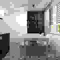 Projekt Kuchni W Drewnie I Czerni Z Podłoga Typu Patchwork od Projektowanie Wnętrz Online Nowoczesny