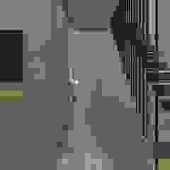 Reconversão de uma garagem em habitação Garagens e arrecadações modernas por Nuno Ladeiro, Arquitetura e Design Moderno