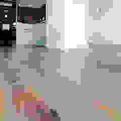 Apartament w stylu nowojorskim od Roble Industrialny Drewno O efekcie drewna