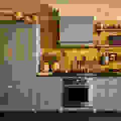 The Bond Street Shaker Showroom by deVOL Cocinas de estilo mediterráneo de deVOL Kitchens Mediterráneo Madera maciza Multicolor