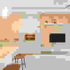 DAP Atelier Ruang Keluarga Gaya Skandinavia Kayu Multicolored