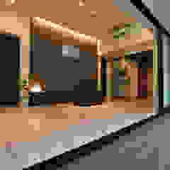 杉板打ち放しコンクリートの壁が浮いて見える高天井の家 モダンデザインの リビング の Style Create モダン