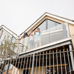 Exterior view of first floor balcony Oleh dwell design Modern