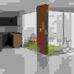 Minimalistyczny ogród zimowy od EM Arquitectura Minimalistyczny Drewno O efekcie drewna