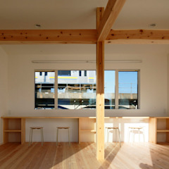 デッキを抱く L字屋根の家 by 一級建築士事務所あとりえ Asian