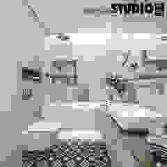Phòng tắm phong cách Bắc Âu bởi MIKOŁAJSKAstudio Bắc Âu